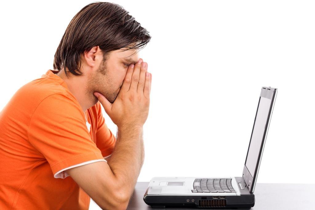 Расстроенный мужчина перед компьютером