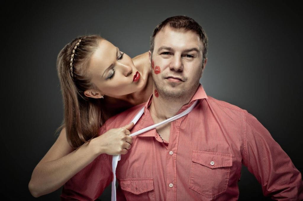 Женщина держит мужчину при помощи веревки нашее