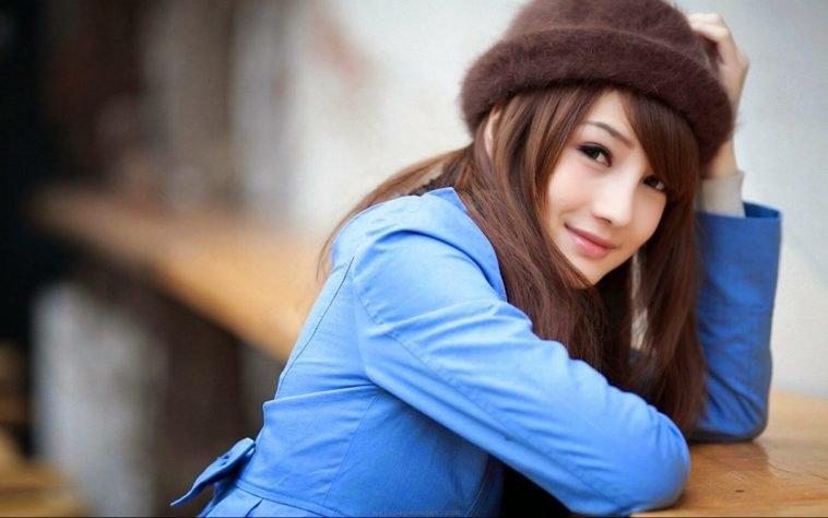 Японка в коричневой шляпе.